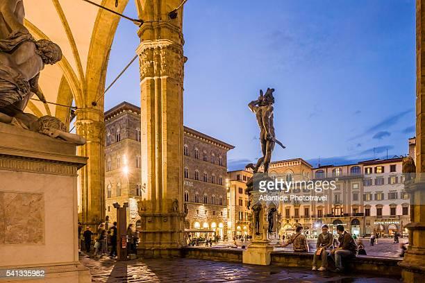 piazza (square) della signoria, the loggia dei lanzi with the perseo by benvenuto cellini - シニョーリア広場 ストックフォトと画像