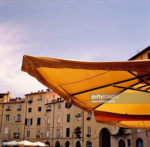 piazza dell''anfiteatro, lucca italia-simbolo sole e una destinazione turistica - ombrellone da spiaggia foto e immagini stock