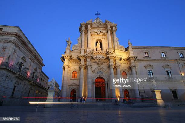 piazza duomo at night ortigia (ortygia), syracuse (siracusa), sicily, italy - frans sellies stockfoto's en -beelden