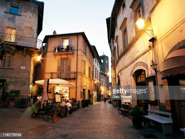 piazza in orvieto at night - umbria stock pictures, royalty-free photos & images