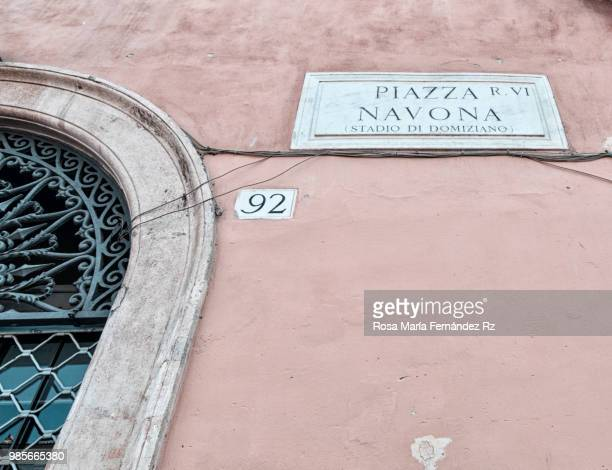 piazza navona street sign on old flaking paint wall and part of wrought iron metal doorway, roma, italy, europe. - vejer de la frontera fotografías e imágenes de stock
