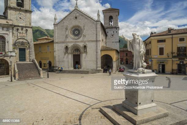 piazza san benedetto - ノルチャ ストックフォトと画像