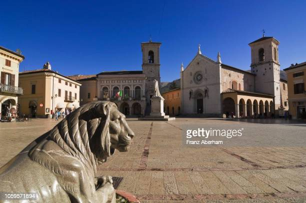piazza san benedetto, town hall and cathedral, norcia, umbria, italy - ノルチャ ストックフォトと画像