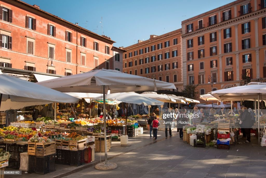 Piazza San Cosimato Market, Trastevere neighborhood, Rome, Italy : News Photo