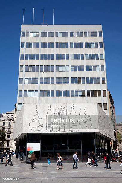 picasso drawings reproduced on barcelona building - catalonië stockfoto's en -beelden