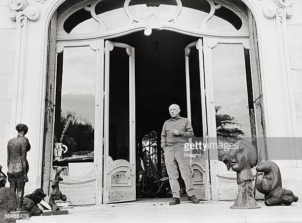 Picasso in front of his mansion 'La Californie' in Cannes Photography 1957 [Picasso vor seiner Villa 'La Californie' in Cannes Photographie 1957]