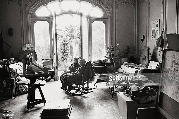 Picasso with art dealer DanielHenry Kahnweiler in Picasso's Villa 'La Californie' in Cannes Photography 1957 [Picasso mit dem Kunsthaendler...