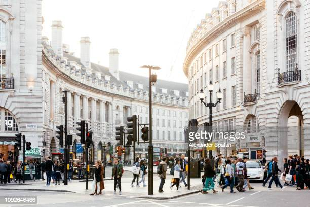 piccadilly circus and regent street in london, england, uk - via foto e immagini stock