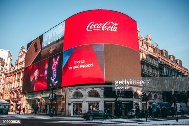 piccadilly circus under snow - piccadilly circus imagens e fotografias de stock