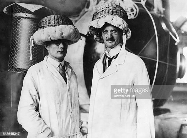 Piccard Auguste *28011884Physiker Tiefseeforscher Erfinder CH mit seinem Assistenten Kipfer beide tragen mitmit Kissen gepolsterte Koerbe als...
