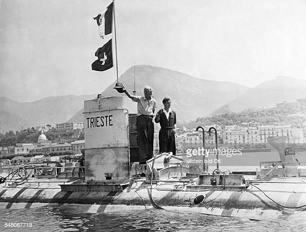 """Piccard, Auguste *28.01.1884-+Physiker, Tiefseeforscher, Erfinder, CHmit seinem Sohn Jacques auf dem BathyscapheTauchboot """"Trieste"""".- 1953"""