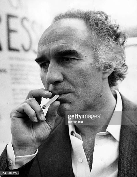 Piccoli, Michel *-Schauspieler, Frankreich- Portrait, mit Zigarette- 1976
