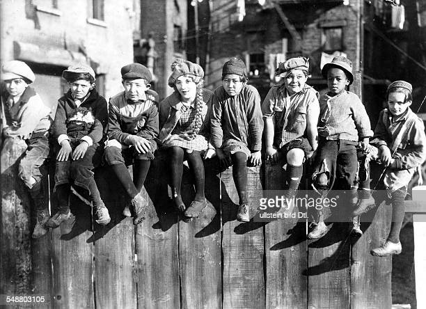 Pickford Mary Actress USA *08041893 in a scene from the movie 'Little Annie Rooney' From left to right Spec O'Donnell Mary Pickford Albert Schaefer...