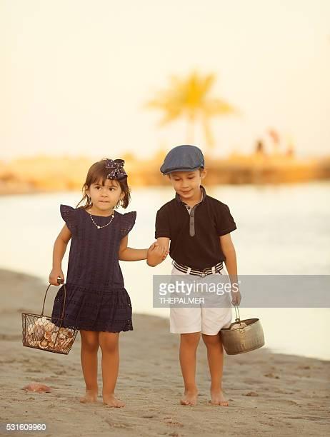 Cueillette des coquillages sur la plage