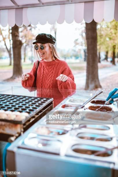 wählen sie spezielle pfannkuchencreme - aluhut stock-fotos und bilder