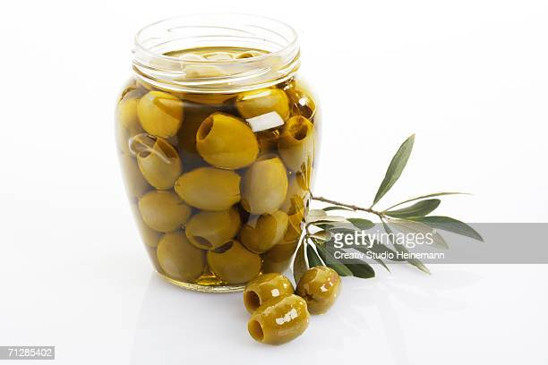 pickled green olives in glass - green olive foto e immagini stock