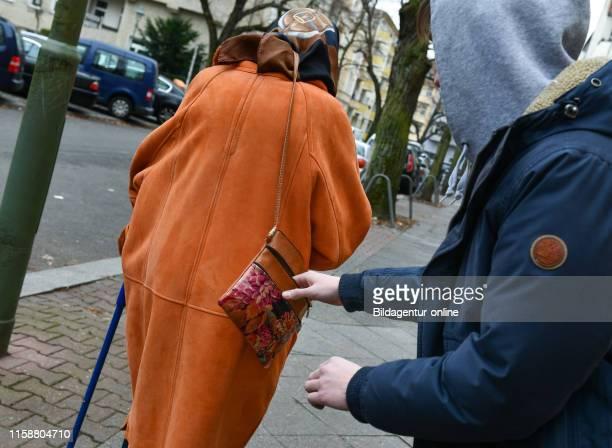 Pickpocketing, senior, raid, Taschendiebstahl, Seniorin, Ueberfall.
