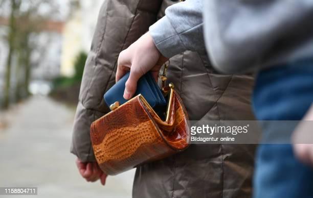 Pickpocketing senior raid Taschendiebstahl Seniorin Ueberfall