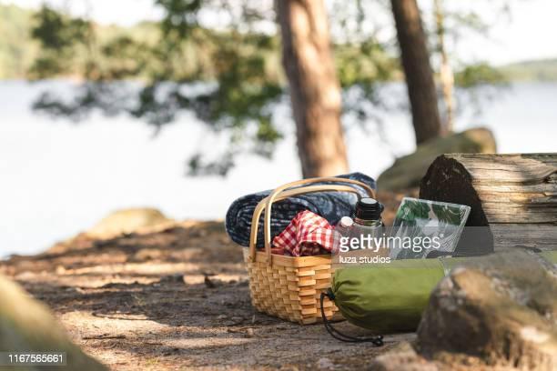 食べ物、コーヒー、毛布でいっぱいのピクニックバスケット - ピクニック ストックフォトと画像