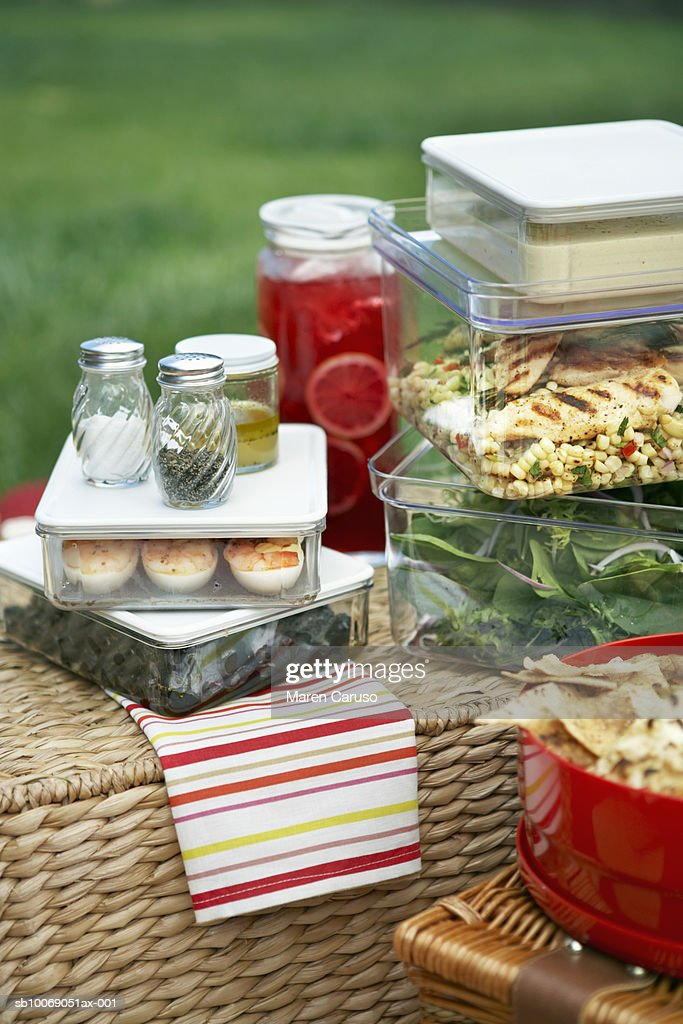 Picnic foods in containers on picnic baskets, close-up, elevated view : Stockfoto