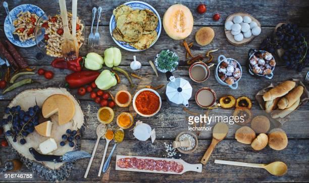 屋外のピクニック、古い木製のテーブルにさまざまな健康食品