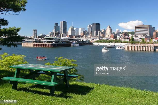 Table de pique-nique dans un parc-ville de Montréal