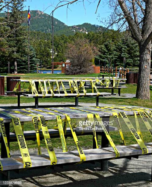 picnic tables closed to public - evergreen, colorado - コロラド州ジェファーソン郡 ストックフォトと画像
