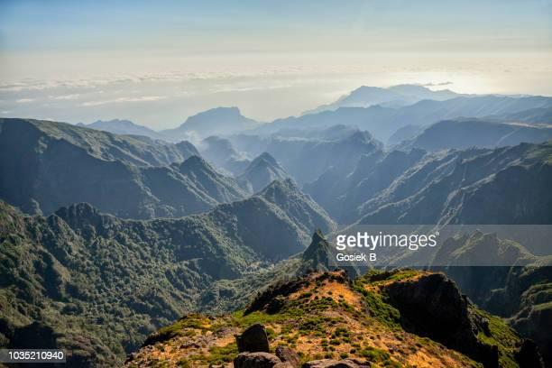 pico de arieiro on madeira island - isola di madeira foto e immagini stock