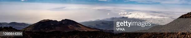 pico viejo y las montañas de teno, visto desde el volcán el monte teide. mar de nubes que cubre parte de suroeste tenerife. parque nacional del teide (parque nacional del teide), tenerife, islas canarias, españa - paisaje volcánico fotografías e imágenes de stock