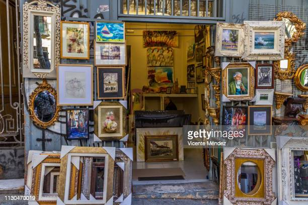 picture and frames shop (el rastro de madrid) - el rastro stock pictures, royalty-free photos & images
