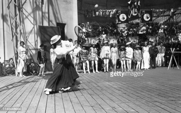 "Picture dated 1936 and showing French tennis player Suzanne Lenglen playing tennis for fun during the ""fête Benjamin"". Suzanne Lenglen, who died in..."