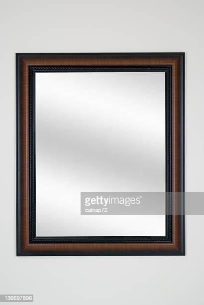 額縁鏡にタイガーメープル、モダンな白の孤立したスタジオ - 黒枠 ストックフォトと画像