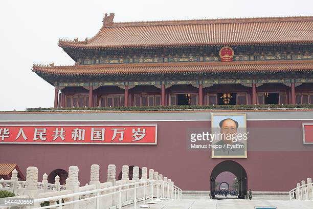picture frame of mao tse-tung on the entrance of tiananmen gate of heavenly peace - mao tsé toung stockfoto's en -beelden