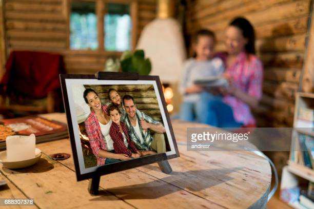 foto van een mooie en gelukkige familie op een frame thuis - foto stockfoto's en -beelden