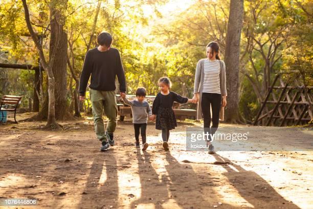 キャンプ場の周りを歩く家族の写真。夕暮れ時の画像します。 - 風致地区 ストックフォトと画像