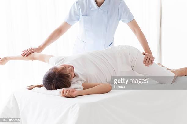 Portrait d'un thérapeute de la physio donnant un massage des jambes