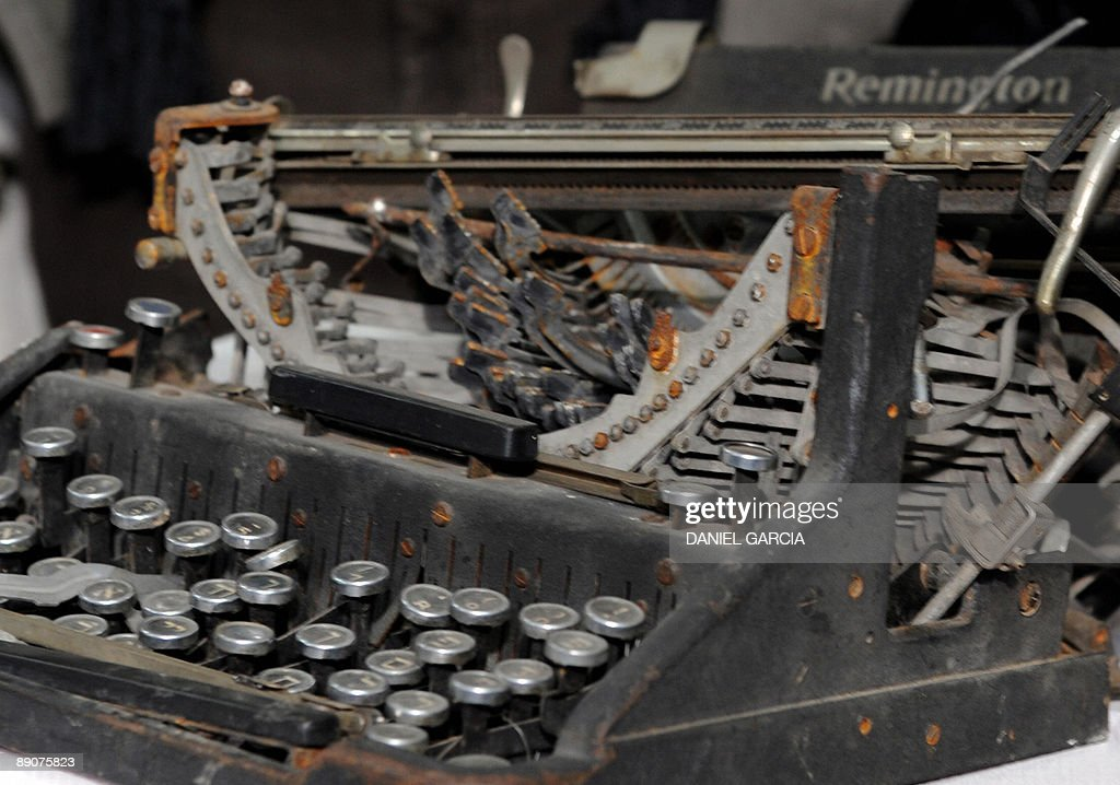 Picture of a typewriter with Hebrew char : News Photo