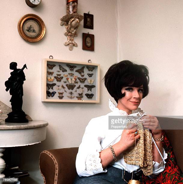 1965 A picture of British actress Fenella Fielding knitting