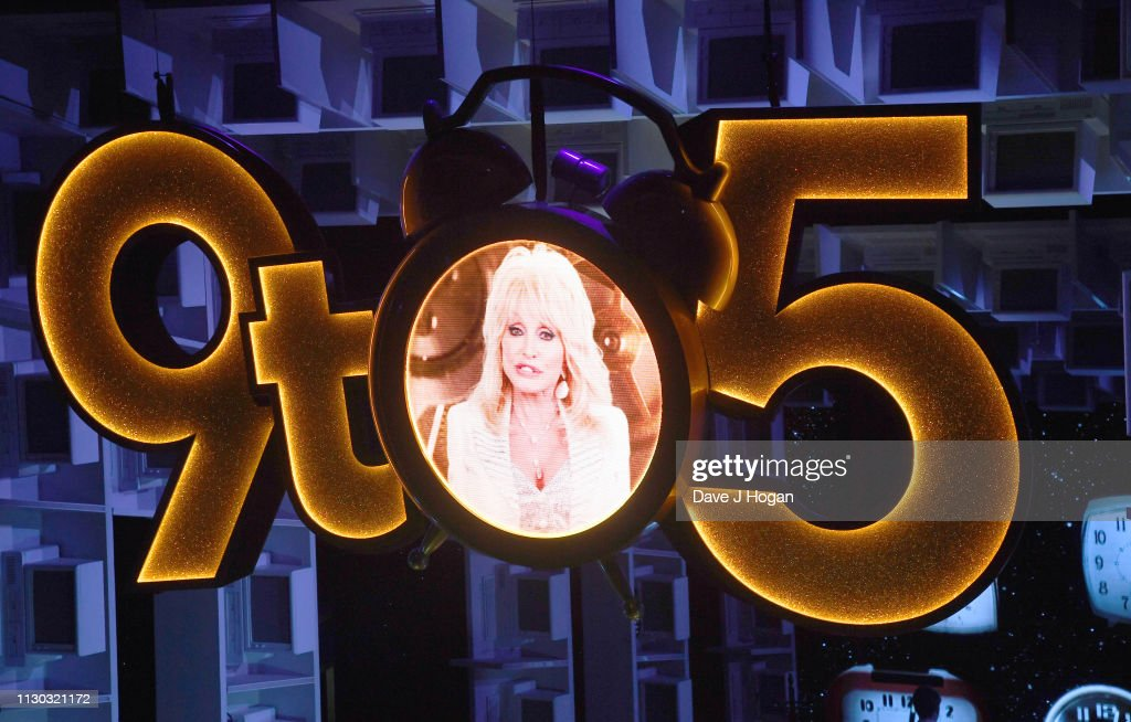 """Dolly Parton Visits The Cast of """"9 To 5"""" The Musical At The Savoy Theatre : ニュース写真"""