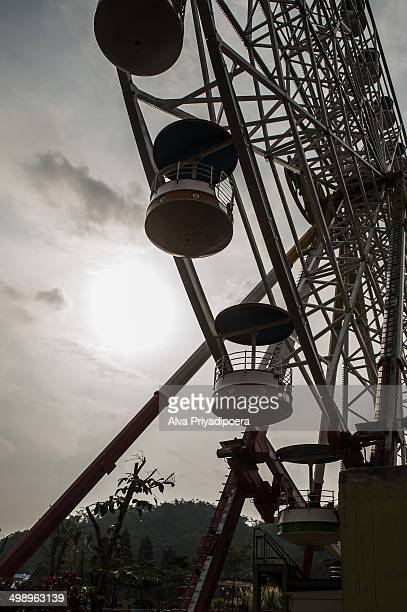 CONTENT] Picture of ferris wheel shot from low angle and taken against the sun