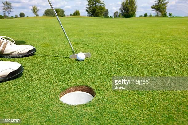 Foto do Jogador de golfe colocando Bola