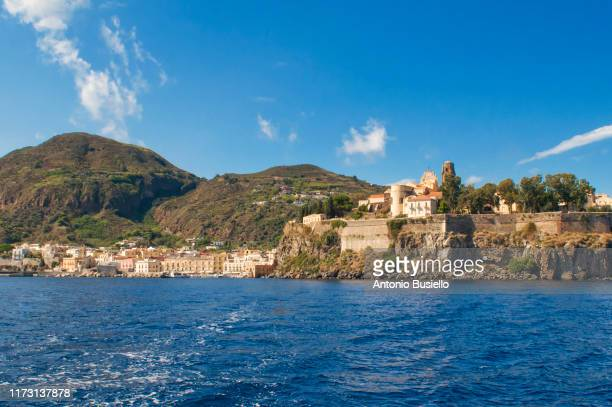 picture of lipari with medieval fortress on the rock from the sea - insel lipari stock-fotos und bilder