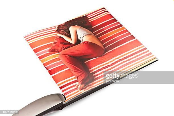 Photo de femme de couchage sur une Page de livre