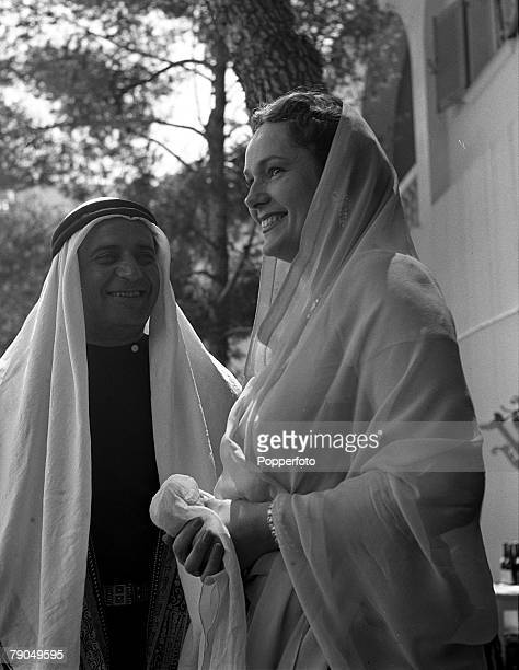 1949 A picture of the wedding of Prince Aly Khan and American actress Rita Hayworth Hayworth can be seen wearing a sari