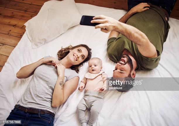 ein bild von ihnen und ihrem freudenfaden - fotohandy stock-fotos und bilder