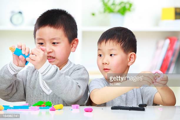 写真の 2 つの子供遊び