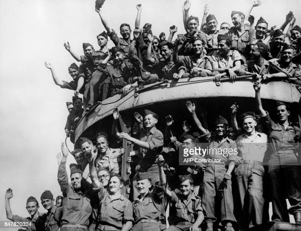 Picture released on November 12 1946 of French troops waving at their departure from the harbour of Marseille to Indochina / AFP PHOTO /