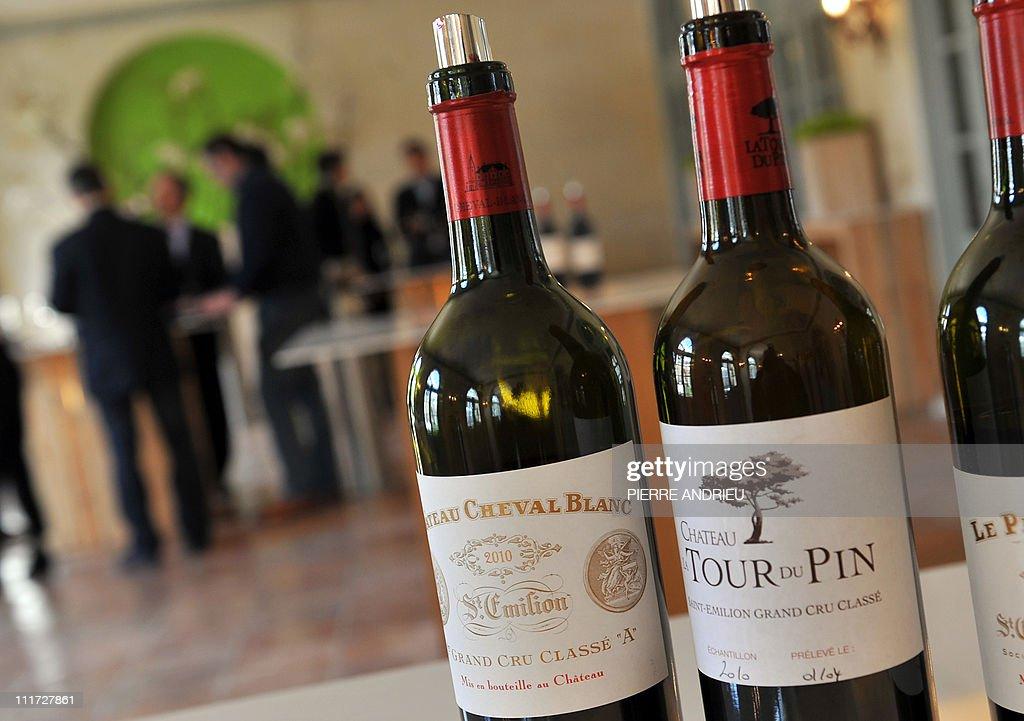 A picture shows a bottle of Saint-Emilio : Photo d'actualité