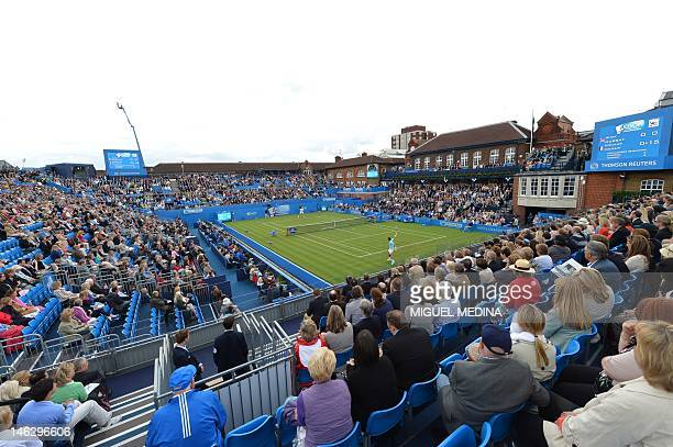 A picture shows a general view of the central court during the match between France's Nicolas Mahut and Britain's Andy Murray during the Men's single...