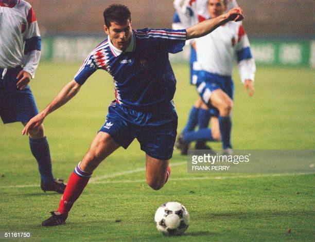 Picture taken 26 April 1995 in Nantes shows French striker Zinedine Zidane during the match between France and Slovakia in their European...